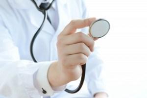 検診する医者の画像
