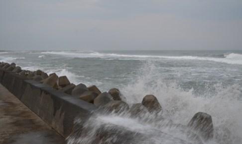 台風で荒れた海の画像