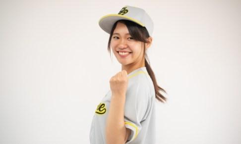 野球のユニフォームを着た可愛い女性の画像