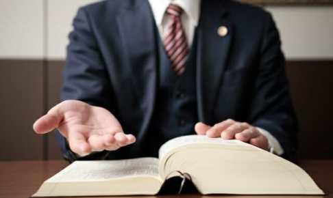 救いの手を差し伸べる弁護士の手元の画像