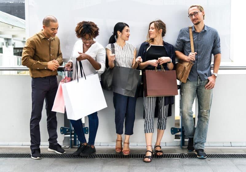 Comprar apenas por prazer ou por influencia de amigos ou familiares.