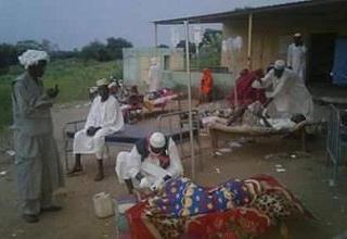 اسعاف مصابين بما يشتبه أنه كوليرا في قرية (الكروري) شمالي مدينة الروصيرص بولاية النيل الأزرق (صورة من مواقع التواصل الاجتماعي)