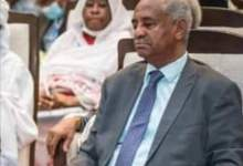 "Photo of بالصورة.. ""غفوة"" وزير الإعلام السوداني أثناء انعقاد مؤتمر اقتصادي بالخرطوم تخطف الأضواء"