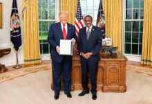 Photo of شاهد أول صورة لـ سفير السودان بجانب الرئيس الأمريكي مقدماً أوراق اعتماده
