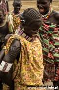 Kobiety Toposa nadal noszą się tradycyjnie: kolorowe koraliki, fikuśne kolczyki, wymyślne warkoczyki... Charakterystyczne są tradycyjne skaryfikacje, lecz dochodzą też elementy nowoczesności jak np. agrafki.