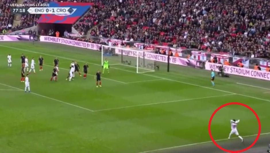 Sporno ubacivanje lopte u igru na utakmici Engleska-Hrvatska