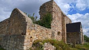 Kościół romański w ruinie, z XIII w