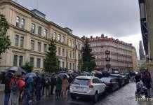 foto : Coada la Ambasada Romaniei la Stockholm