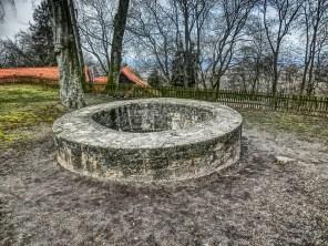 Ein mächtiger Brunnen, der sogar noch offen ist !!! Aber natürlich gesichert