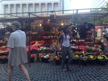 Ein hübscher Obst- und Blumenmarkt vor unserem Hotel