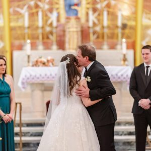 bride-and-father-kiss-ceremony-suessmoments