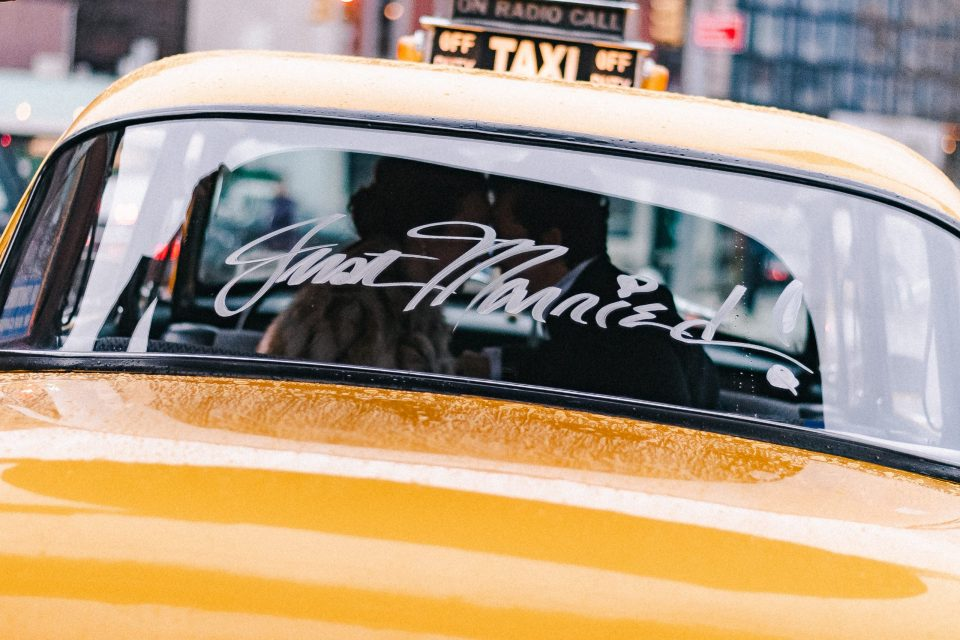 just-married-suessmoments-wedding-photographer-taxi-chalk-marker