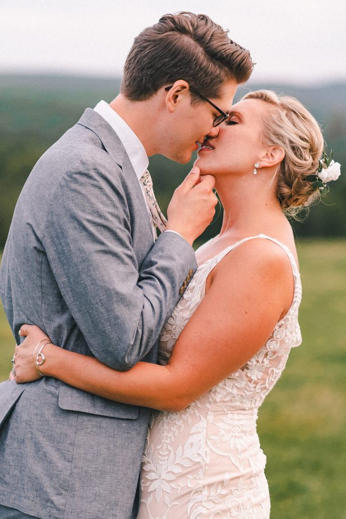 six-fun-and-romantic-poses-for-couples-new-york-photographer-engagement-wedding-photos-suess-moments