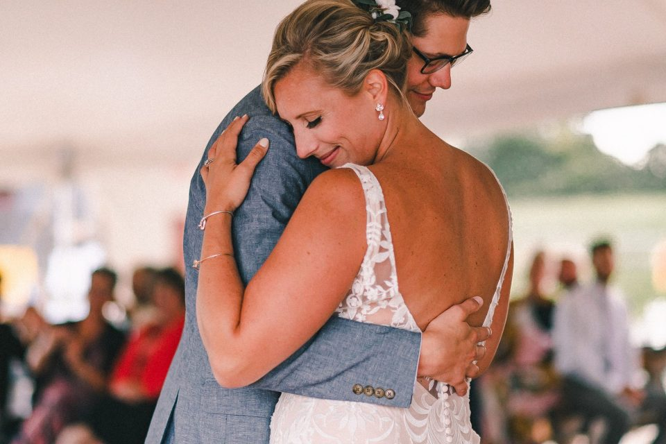 bride-and-groom-first-dance-wedding-photo-suessmoments