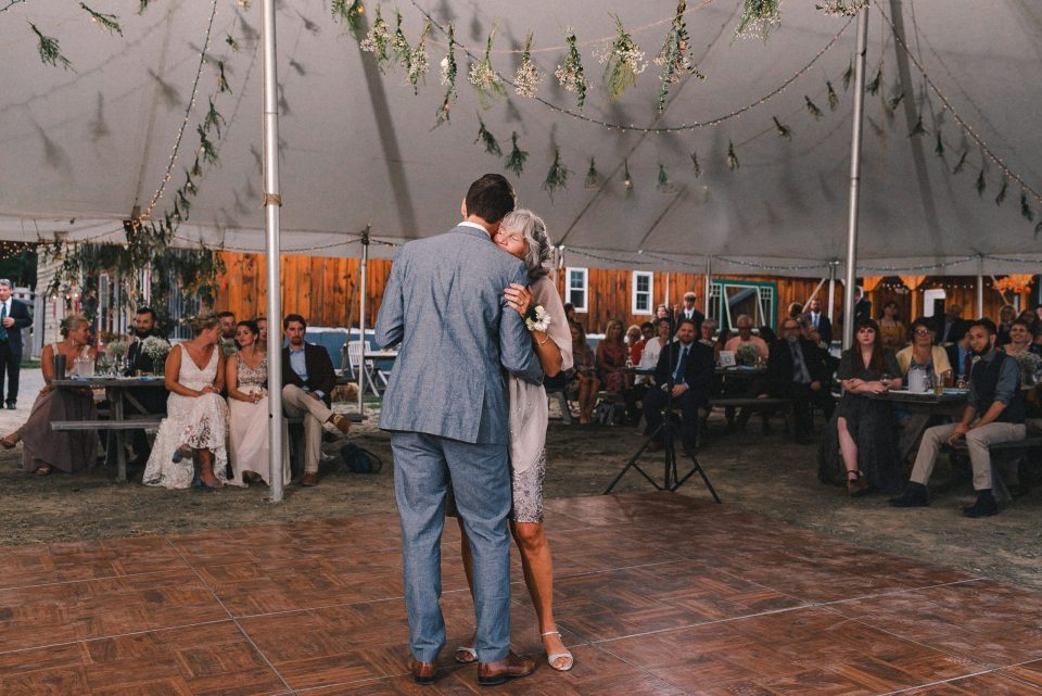 back-light-wedding-reception-in-tent-suessmoments