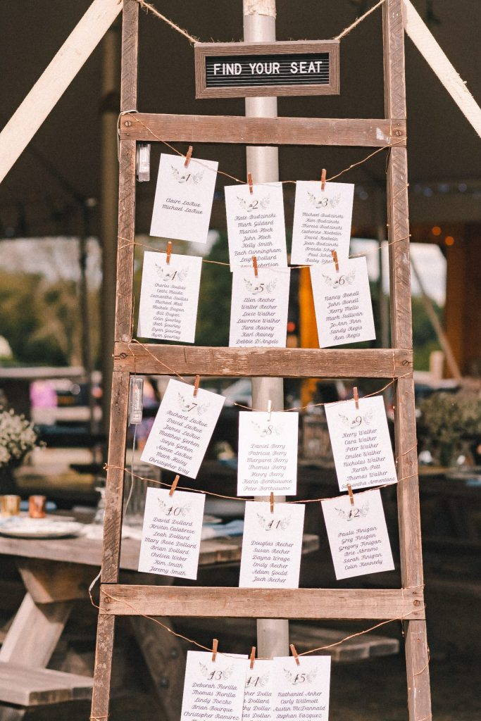 farmhouse-wedding-decor-seating-chart-ideas-suessmoments
