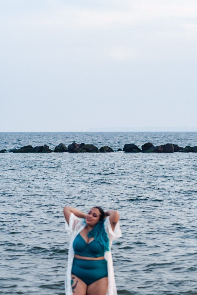 plus-size-curvy-model-mermaid-hair-teal-beach-photos-suessmoments