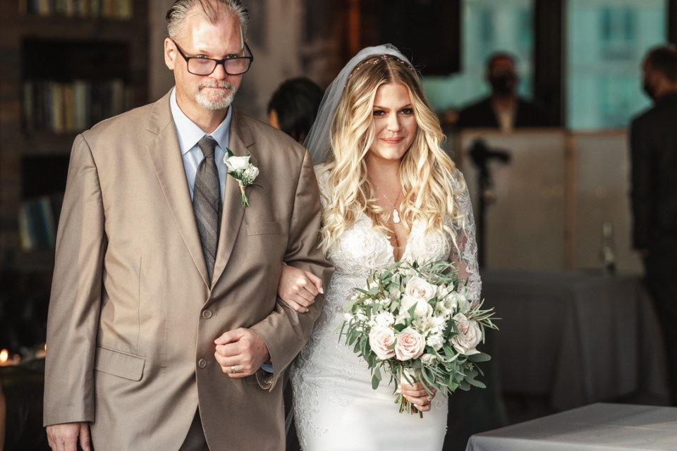 HALO-LIC-WEDDING-CEREMONY-BY-NYC-PHOTOGRAPHER-SUESS-MOMENTS