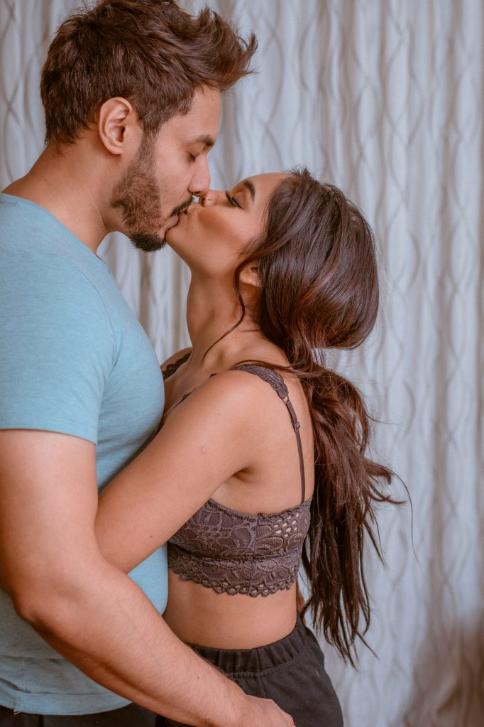 nyc-travel-couple-photography-in-hotel-room-by-nyc-photographer-suess-moments