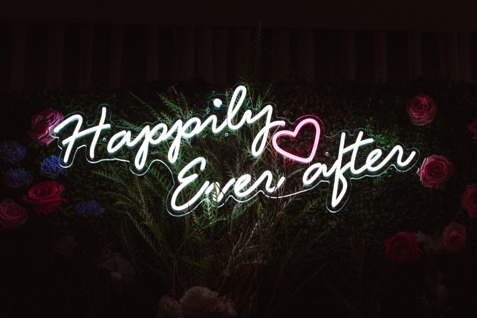 mansion-at-glen-cove-wedding-photos-by-suessmoments-happily-ever-after-neon-sign