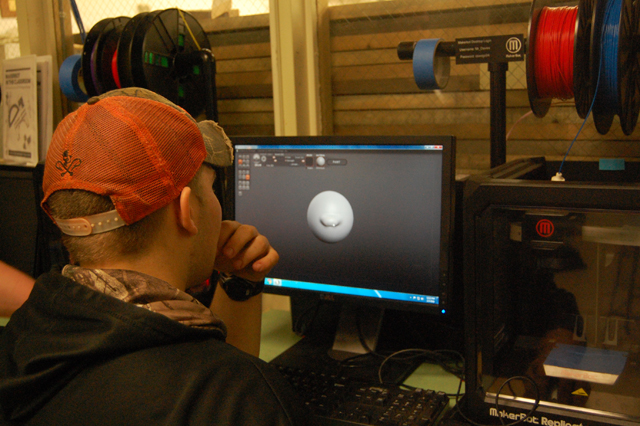 A student experiments with the 3-D software. (Credit: Nicole Smith)