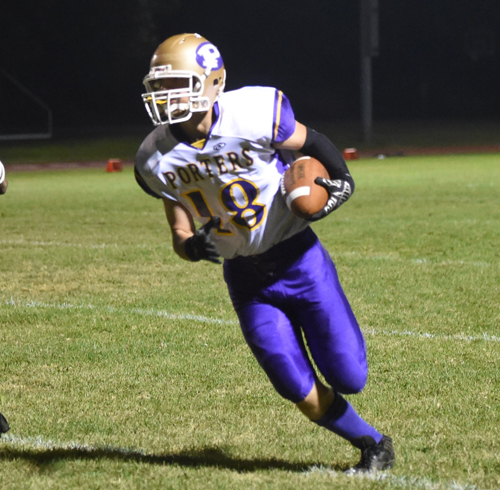 Dominic Panetta races around leftend for a touchdown. (Credit: Robert O'Rourk)
