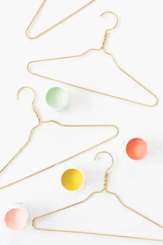 DIY color dipped clothes hangers | sugar & cloth