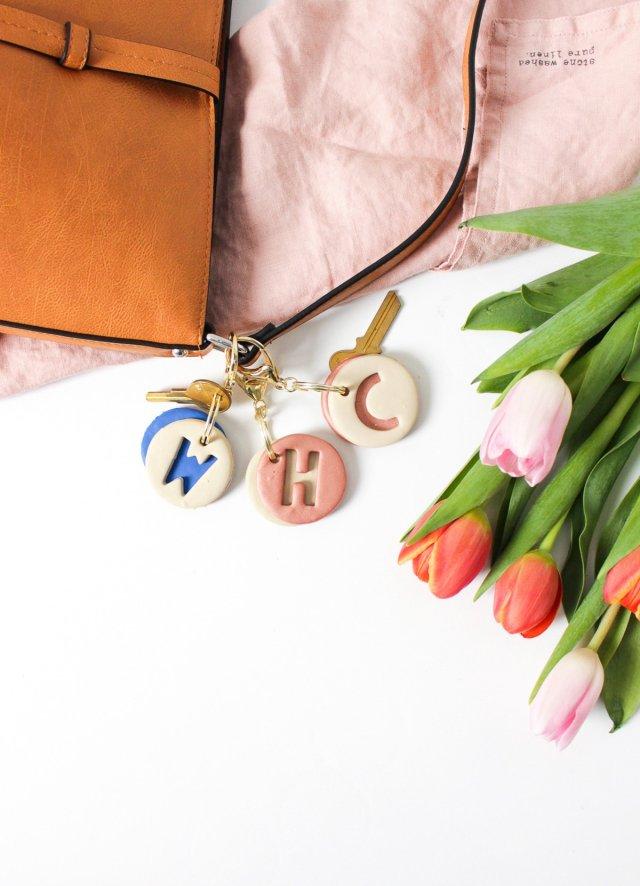 DIY clay letter keychain by Sugar & Cloth, an award winning DIY, home decor, and recipes blog.