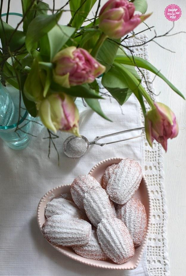 Madeleines in rosa Herzschale mit rosa Tulpen in Glasvase