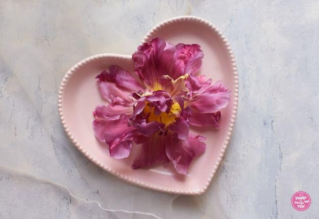 Tulpenblüte auf rosa Herztellter