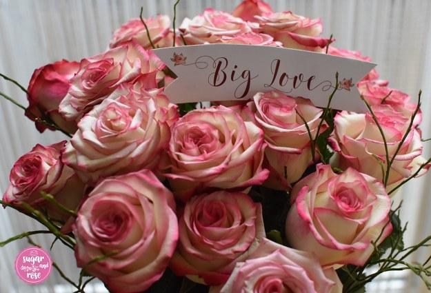"""Rosenstrauß mit Schild """"Big Love"""""""
