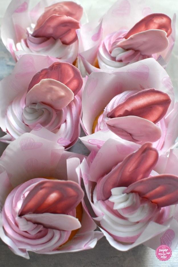 Cupcakes mit rosa Schokoladenflügel