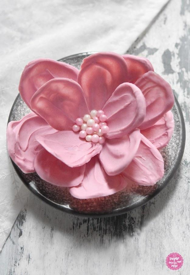 Gigantische rosa Schokoladenblüte mit Zuckerperlen
