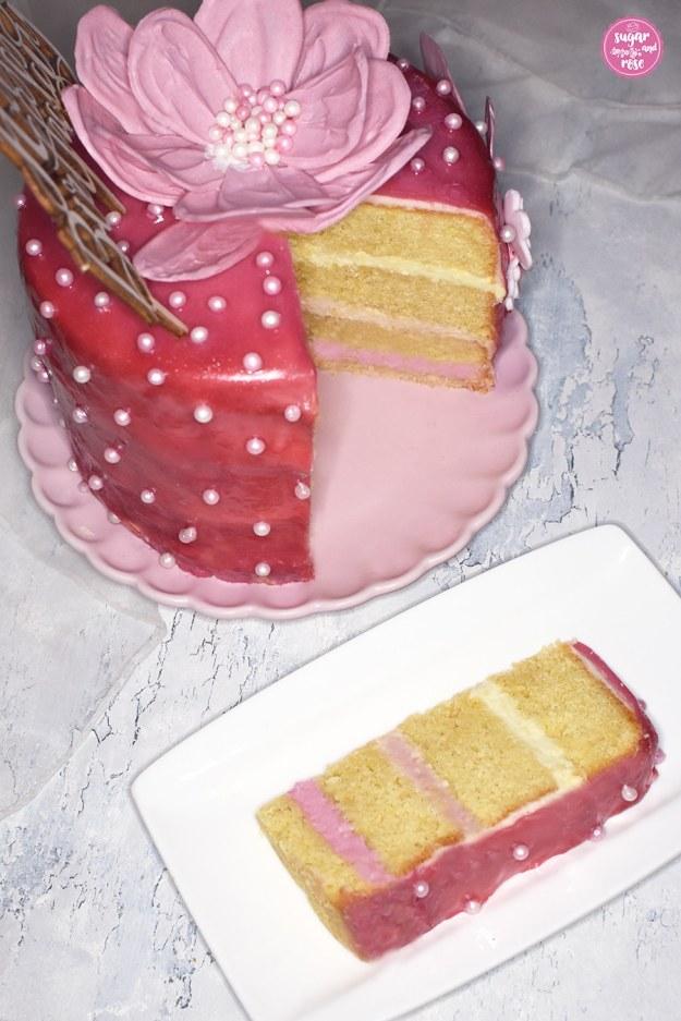 Rosa Layercake angeschnitten mit Tortenstück
