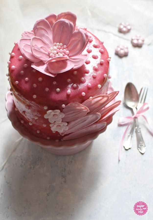 Rosa Schokoblütentörtchen mit Brushstroke Dekoration mit Dessertgabel und Löffel