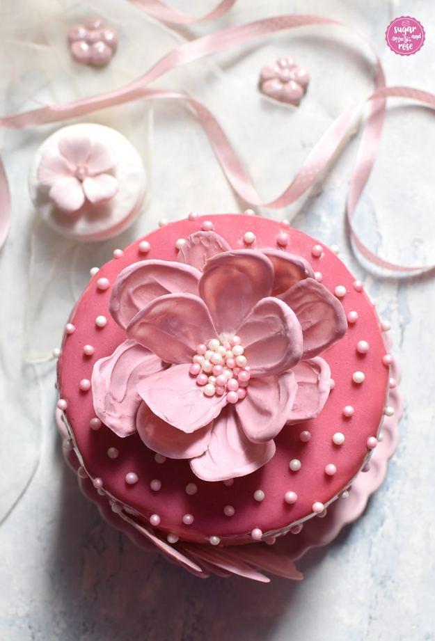 Schokoblütentörtchen mit rosa Bändchen und Keramikblüte