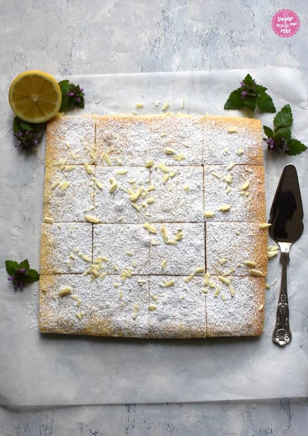 Zitronenkuchen quadratisch mit Puderzucker und weißer Schokolade