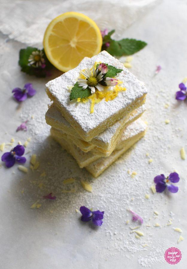Lemonies mit Puderzucker, Gänseblümchen und Veilchen und einer halben Zitrone