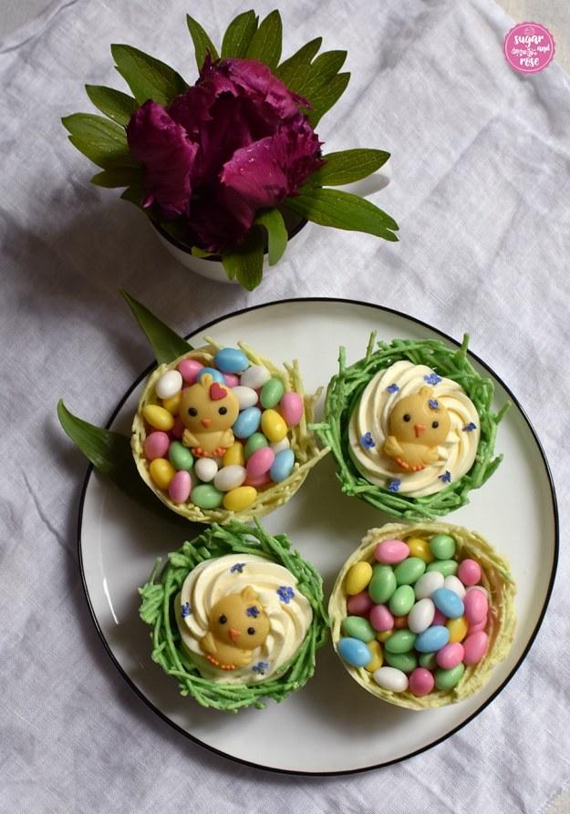Essbares Osternest mit Eierlikörcreme, Marzipanküken, Baisereiern und einer Tulpe