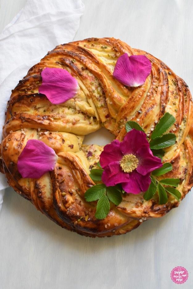 Hefekranz mit Quarkfüllung, Pistazien und Rosenblüten