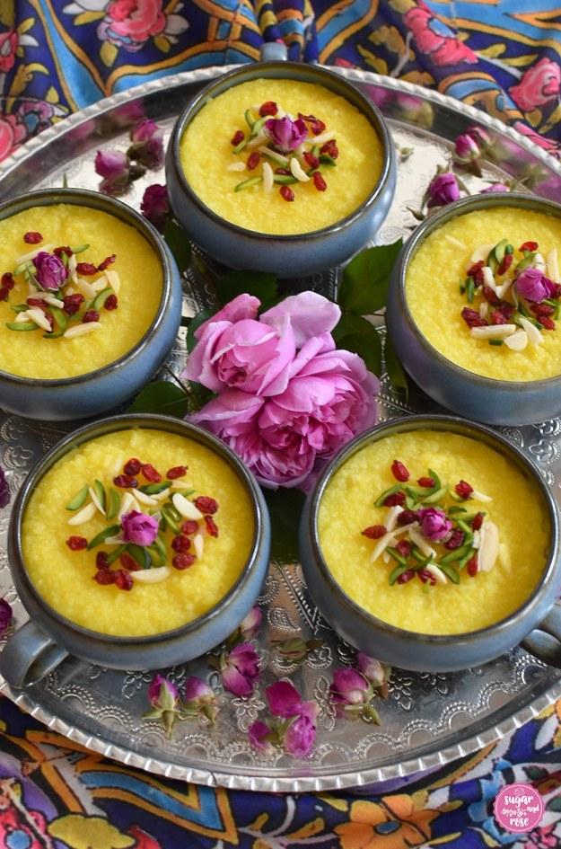 Safran-Reispudding mit Rosenwasser und Berberitzen in Keramikschalen