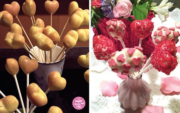 Links herzförmig gebackene Cake-Pops auf Holzstäbchen in einem Keramik-Becher stehend – bereit zum Verzieren; rechts daneben die getunkten und mit rosa Zuckerperlen und rosa Dekoherz-Streuseln dekorierten fertigen Herz-Cake-Pops in einer kleinen rosa Vase, dahinter ein Blumengesteck in einer pinkfarbenen gestrickten Box
