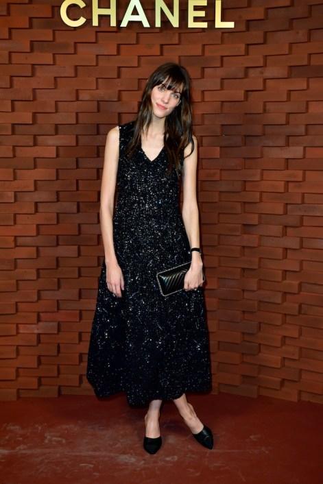 Charlotte Cardin portó un vestido azul bordado, de la colección RTW Otoño-Invierno 2017/18.