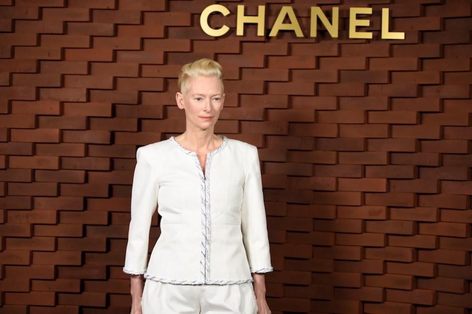 Tilda Swinton lleva un look de la colección Primavera-Verano 2018 de Chanel.