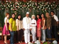 Setelah check-out dari TSI, ke tujuh orang ini berangkat ke Cianjur untuk menghadiri resepsi pernikahan Lislis dan Adi. Barakallah, Lis.