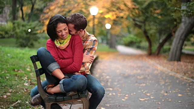 fall dating couple in the park