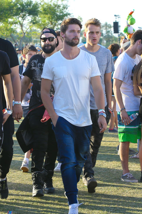 Paddy Schwarz looking FIT in a plain white tee and jeans roaming the Coachella lawn. <br /><br />