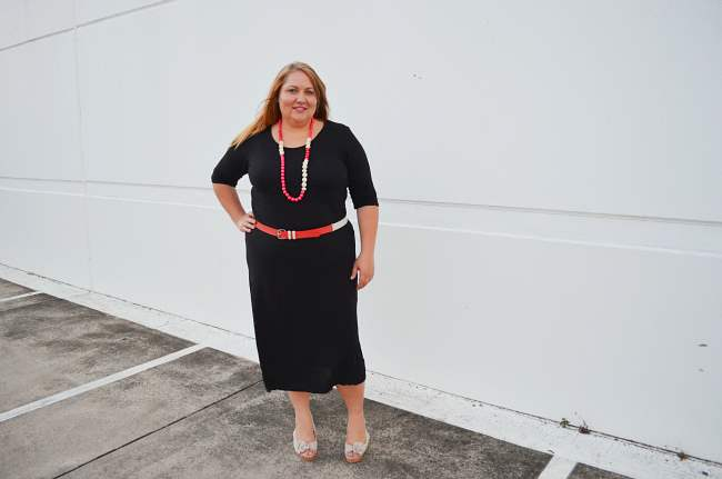 plus size black dress with pink red accessories 002