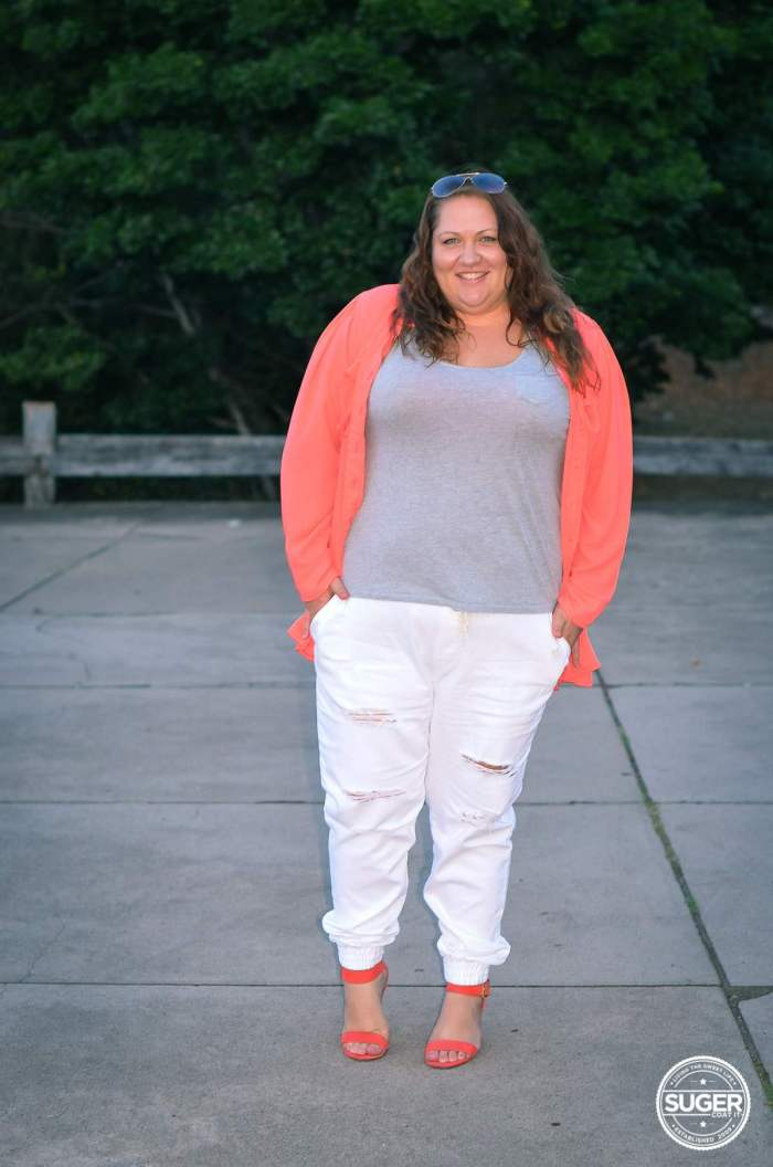 plus size casual outfit white distressed denim 17 sundays joggers-4