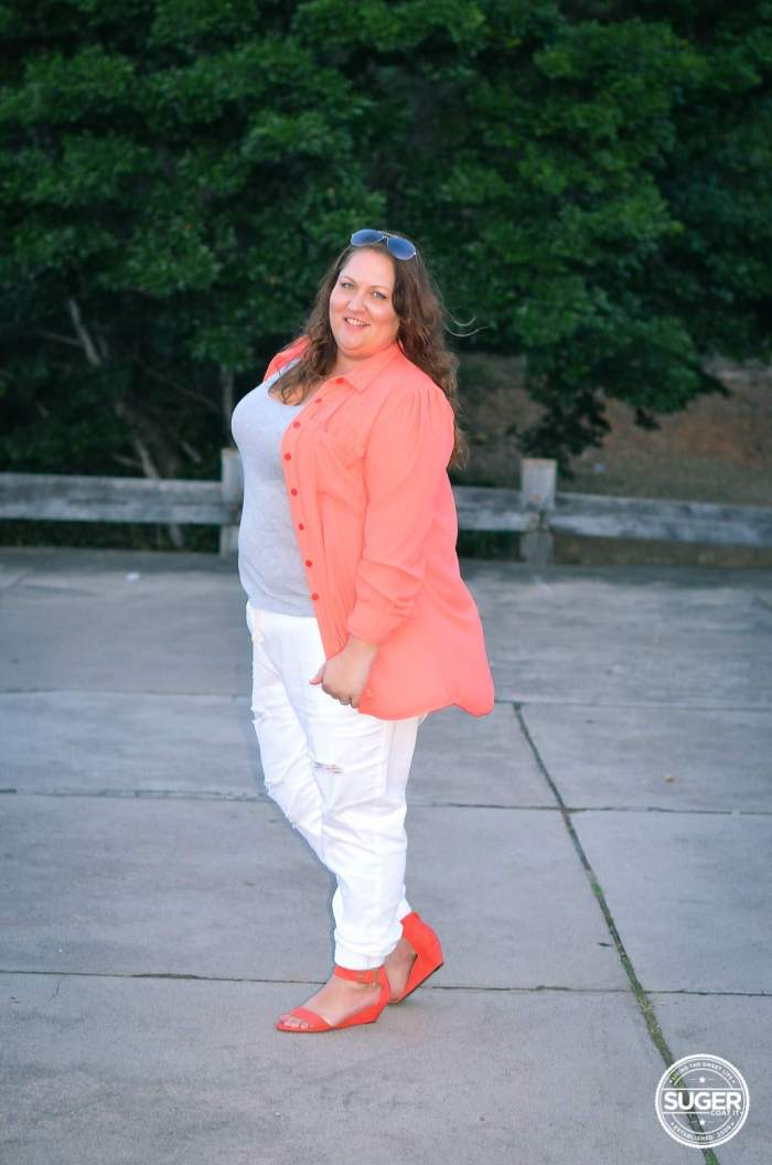 plus size casual outfit white distressed denim 17 sundays joggers-7